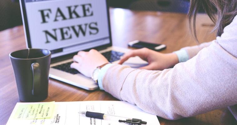 Overdose di notizie, gogne pubbliche e teorie complottiste: che fare?